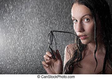 menina bonita, em, água, estúdio, com, óculos de sol