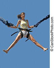 menina, bungee saltando
