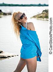 menina, camisa azul, excitado