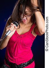 menina, cantando, com, microfone