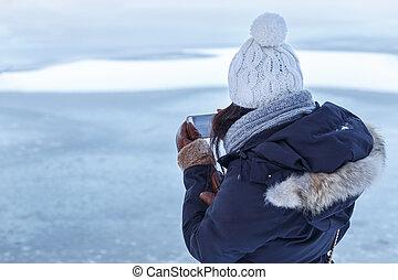 menina, cheques, fotografias, em, inverno, lago
