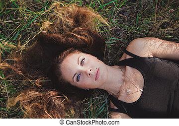 menina, com, cabelo longo, mentir grama