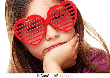 menina, com, coração amoldou óculos sol