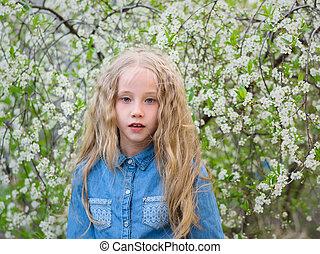 menina, com, dela, cabelo baixo, em, um, camisa denim, em, um, flor cereja, garden.