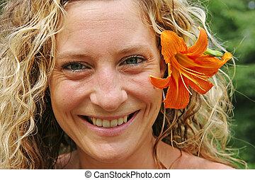 menina, com, flor alaranjada, atrás de, dela, orelha