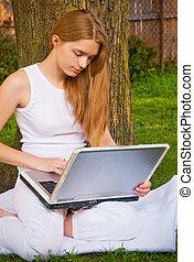 menina, com, laptop, ao ar livre