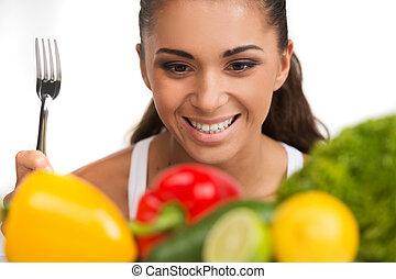 menina, com, legumes, isolado, branco, experiência., feliz, mulher jovem, olhar, vegatables, e, segurando, garfo