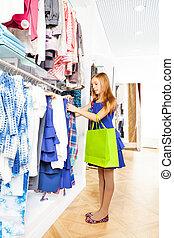 menina, com, luminoso, saco shopping, escolher, roupas
