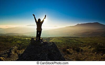 menina, com, mãos cima, em, a, mountsins, contra, sol