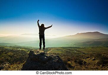 menina, com, mãos cima, montanhas, contra, sol
