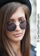 menina, com, redondo, óculos de sol