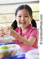 menina, comendo lunch, em, jardim infância