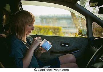 menina, comer, sorvete, com, um, colher, em, a, carro., loura, menina, em, um, raincoat, come, sorvete, enquanto, carro, durante, um, viagem estrada