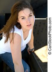 menina, crouching