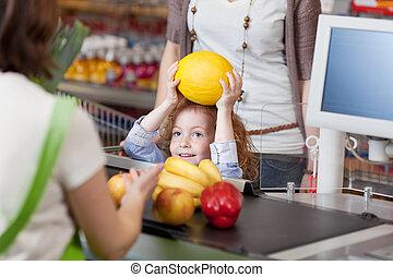 menina, dar, muskmelon, para, caixa, para, faturando, em, supermercado