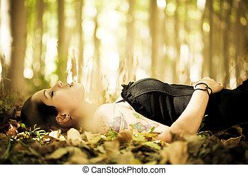 menina, deitando, floresta