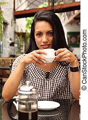 menina, desfrutando, quieto, xícara café