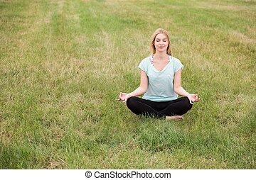 menina, desfrutando, verão, ao ar livre