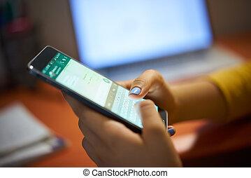 menina, digitando, mensagem telefone, ligado, social, rede,...