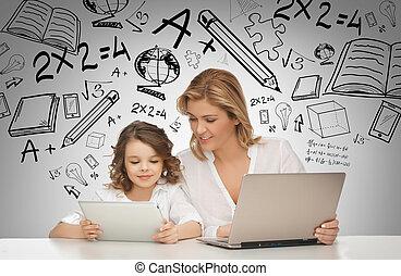 menina, e, mãe, com, tabuleta, e, laptop