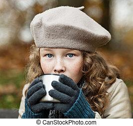 menina, em, inverno, panos, bebendo, de, frasco, copo