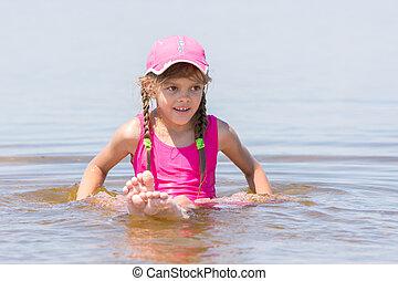 menina, em, um, boné, senta-se, ligado, um, raso, rio, em, água