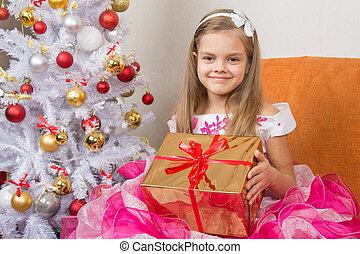 menina, em, um, bonito, vestido, gave, ano novo, presente