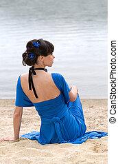 menina, em, um, vestido azul, sentando
