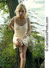 menina, em, vestido branco, perto, rio