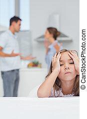 menina, enquanto, pais, discutir, escutar, irritado