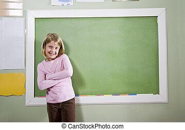 menina escola, em, sala aula, ficar, por, quadro-negro
