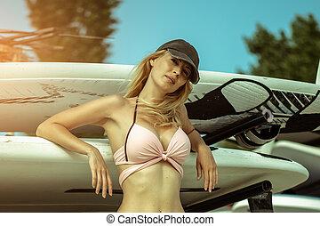 menina, estação, windsurfing, antigas, jovem, bonito, surfando, surfboards, prateleiras, ao ar livre, installed, plataformas