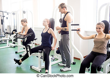 menina, fazendo, exercícios, em, ginásio