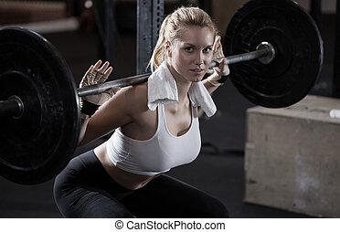 menina, fazer, squat, com, barbell