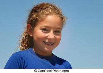 menina, feliz, ao ar livre