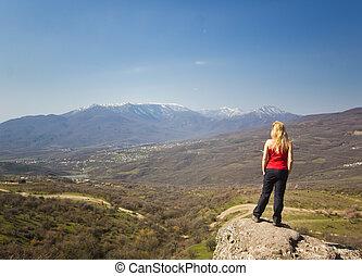 menina, ficar, ligado, um, penhasco, montanhas