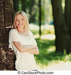 menina, ficar, perto, um, árvore