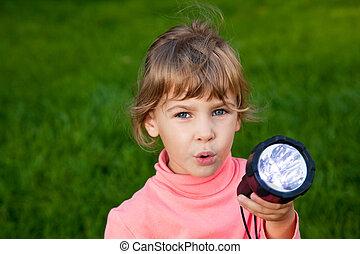 menina, grass., contra, tocando, lantern., capim, fundo, retrato