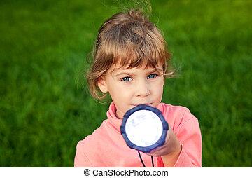 menina, grass., contra, tocando, lantern., lanterna, lente, capim, retrato, experiência., olha, lens., shines