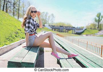 menina, hipster, verão, elegante, posar, bonito, excitado