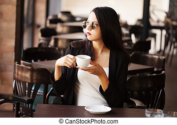 menina jovem, café bebendo