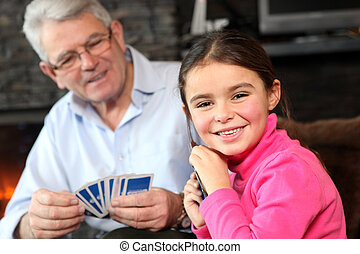 menina jovem, cartas de jogar, com, vovô