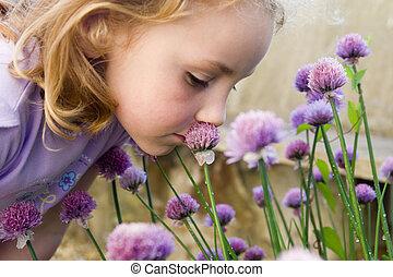 menina jovem, cheirando, flores