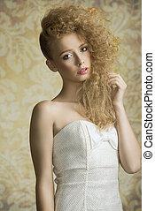 menina jovem, com, cabelo ondulado