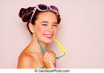 menina jovem, com, dois, óculos de sol
