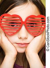 menina jovem, com, engraçado, óculos de sol