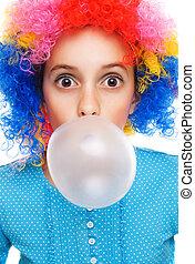 menina jovem, com, palhaço, peruca, e, pastilha elástica