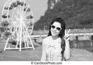 menina jovem, desfrutando, verão, sol