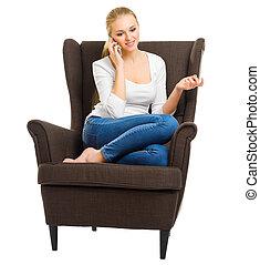 menina jovem, em, calças brim, ligado, cadeira, com, telefone móvel