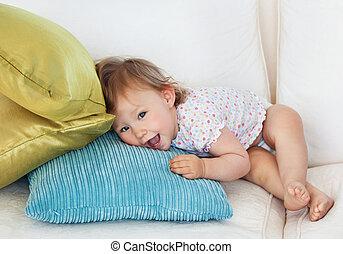 menina jovem, encontrar-se sofa